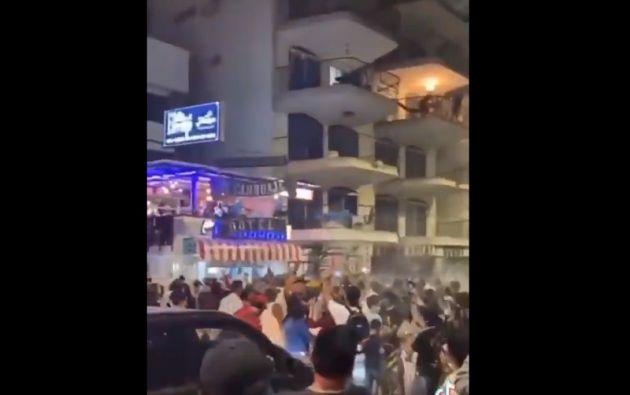 En redes sociales circulan los videos en donde se observan a grupos de personas bailando y jugando sin restricciones por la COVID-19.