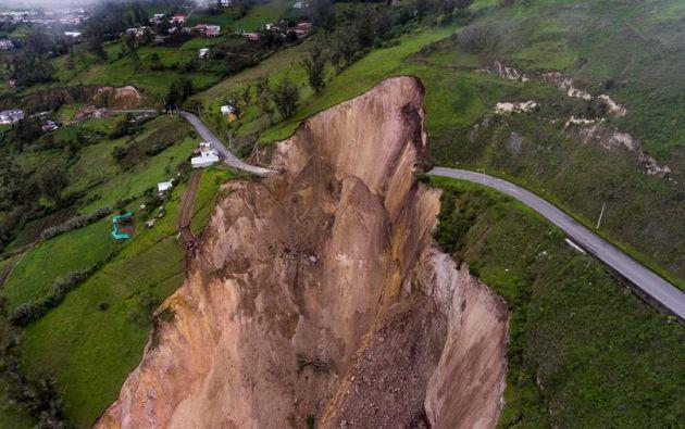 Fotografía desde el aire donde se observa el alud de tierra que cubrió parte de la población de Chunchi, en la provincia ecuatoriana de Chimborazo. EFE