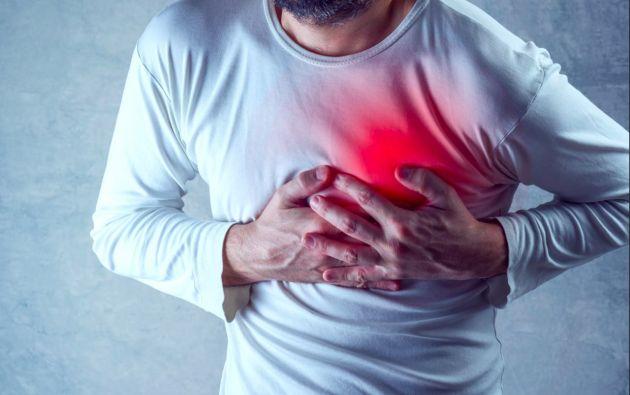 Los principales síntomas para detectar  si un paciente con COVID-19 tiene problemas con su corazón son la fatiga y la falta de aire al respirar.