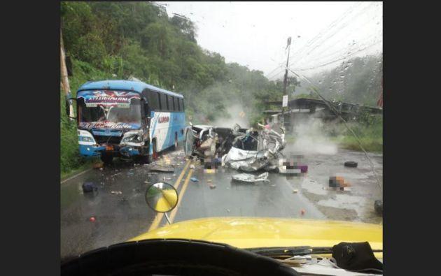 El accidente ocurrió entre una furgoneta y un bus interparroquial en el kilometro 78 de la vía.