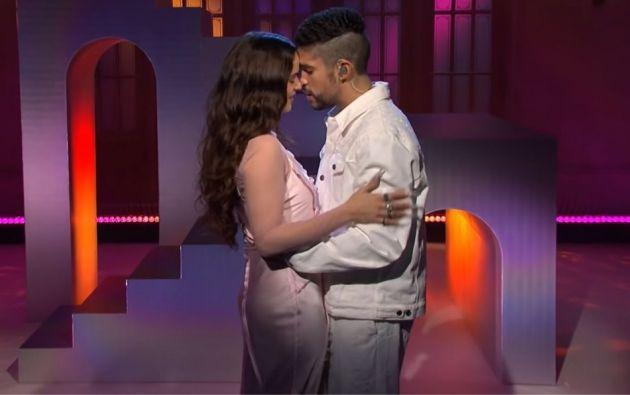 El cantante puertorriqueño y la española Rosalía cantaron su éxito 'La Noche de Anoche'.