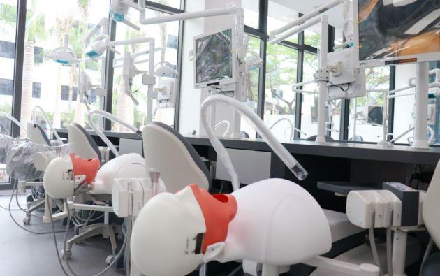 Simuladores de Odontología, en el campus de la UEES.