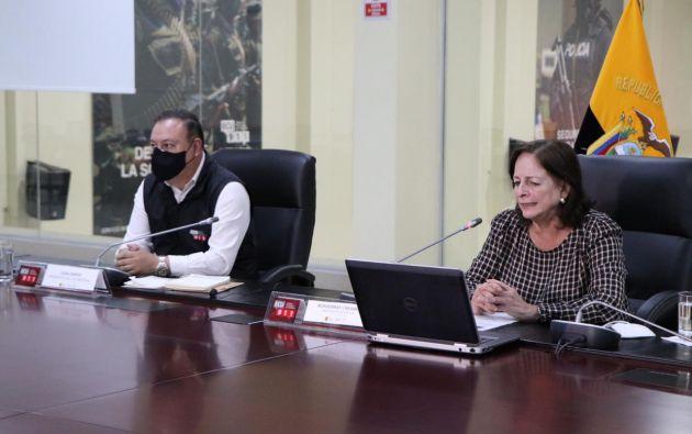 La ministra de Educación, Monserrate Creamer (derecha), recalcó que los planteles aprobados cumplen con los requisitos de seguridad sanitaria de los alumnos y maestros.