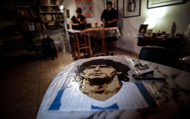 """Integrantes de la agrupación """"Mosaico Nacional"""" realizan un cuadro de Diego Armando Maradona hoy en Buenos Aires (Argentina). Foto: EFE"""