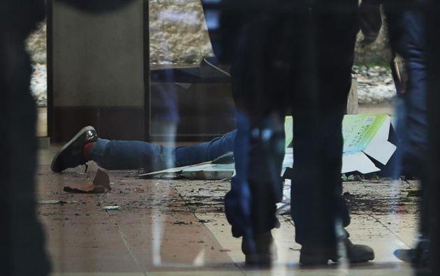 l cuerpo sin vida de un estudiante yace en el suelo tras un accidente hoy, en El Alto (Bolivia). Foto: EFE