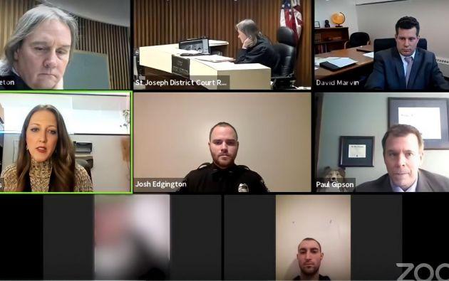 Las autoridades confirmaron que el acusado se hallaba en el interior de la casa de la denunciante, y que estaba conectado al juicio desde ahí.