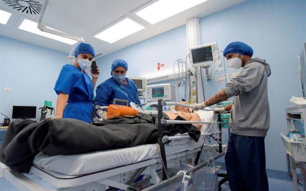 Personal de salud traslada a un paciente fallecido por la Covid-19, el 13 de marzo de 2021, en el Hospital del Instituto Ecuatoriano de Seguridad Social (IESS), en Guayaquil (Ecuador). EFE/ Mauricio Torres