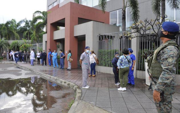 Tanto el chef, que no forma parte del personal de primera línea, y los miembros del Rotary Club, fueron inmunizados en la UEES.