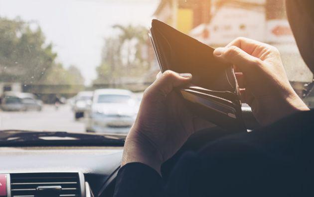 Steven Nava, de 21 años, le comentó al portal Univision 34 Los Ángeles que cuando vio a su ex maestro en el estacionamiento, se acercó para hablar y Villarruel le contó su situación. Foto: Freepik.