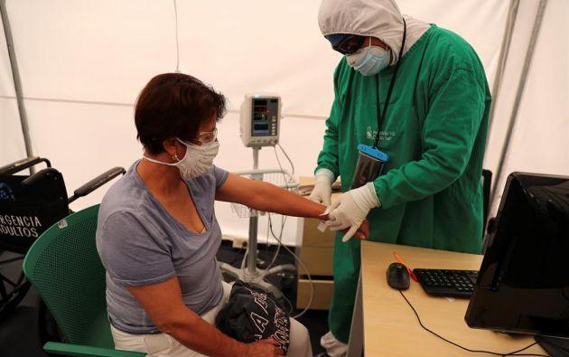 Una mujer es atendida en el área de triage en el hospital de IESS, en Quito. Foto: EFE