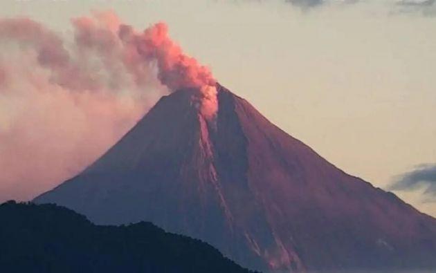 El Sangay es un coloso de 5.230 metros, un estratovolcán más activo de Ecuador, con constantes manifestaciones explosivas que suelen generar gruesas nubes de ceniza y que han creado una especie de bóveda desde 1976.