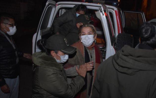 La expresidenta interina de Bolivia Jeanine Áñez (c) fue trasladada a otra prisión, en La Paz (Bolivia). Foto: EFE.