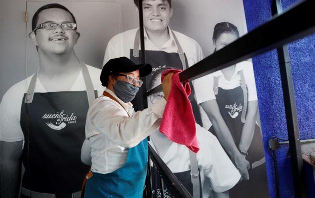 """Fanny de Dios Ruiz, una trabajadora con síndrome de Down, labora en la cafetería """"El sueño de Frida"""" en México. Foto: EFE."""