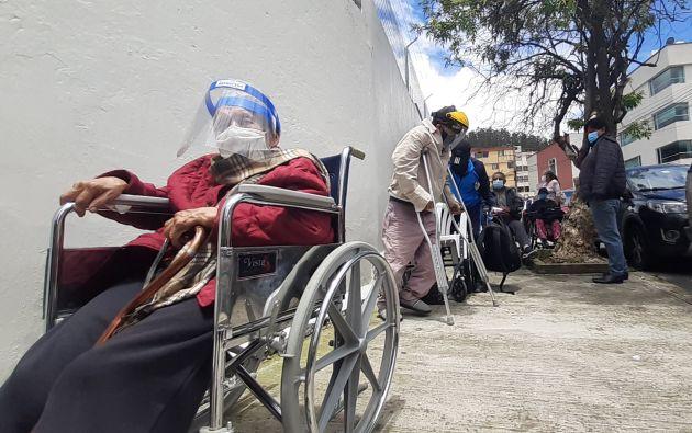 Así esperan por horas en la vereda los adultos mayores para recibir una vacuna. Foto: Francisco Garcés