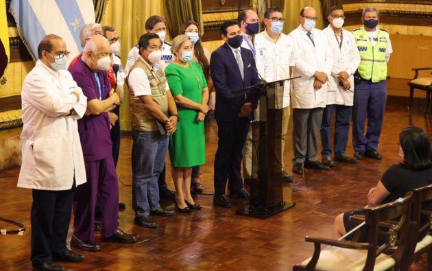 El municipio trata de comprar las vacunas para inmunizar a personal de primera línea que lucha contra la pandemia y población vulnerable de la ciudad, pero asegura que tres condiciones puestas por el Gobierno se lo impiden. Foto: Municipio de Guayaquil.
