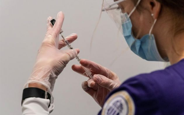 Los primeros participantes del ensayo clínico ya han recibido la inyección inicial de esta vacuna, que desarrolló Pfizer junto con la alemana BioNTech. Foto: EFE