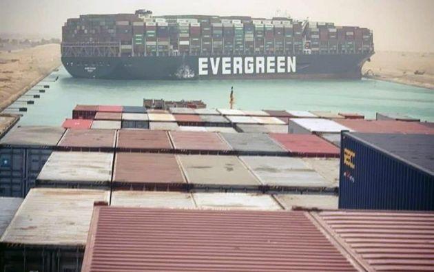 Una nave panameña bloquea Canal de Suez al ladearse por una tormenta de arena este miércoles en Egipto. Foto: EFE