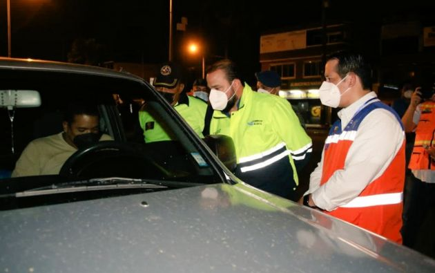 El gobernador del Guayas, Luis Chonillo, aseguró que los puntos de control son para velar por el cumplimiento a las restricciones de movilidad durante el toque de queda.
