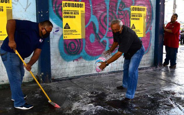 Lavar las superficies con agua y jabón es suficiente para reducir el riesgo de contagio de la covid-19. Foto: EFE