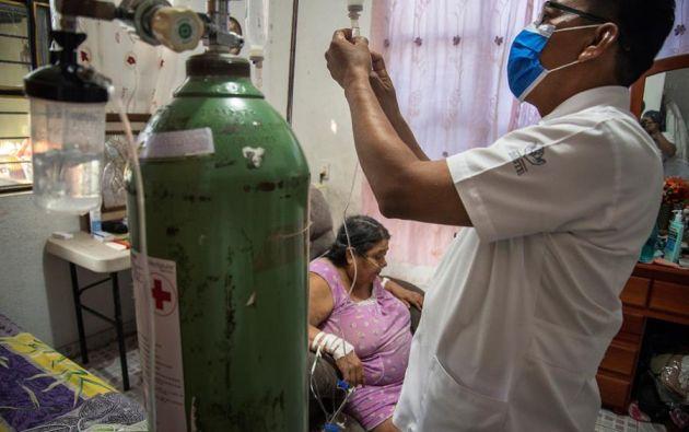 REFERENCIAL.- Un enfermero atiende a una mujer con covid-19 en la ciudad de Tehuantepec, en el estado de Oaxaca (México). EFE