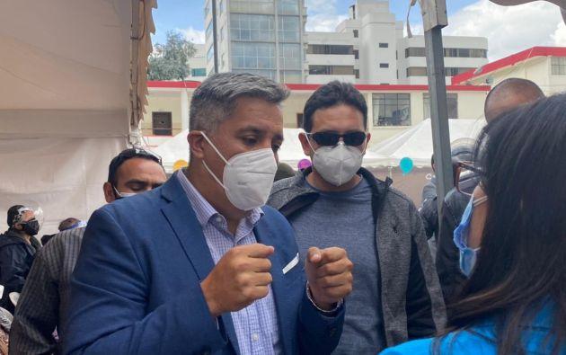 Camilo Salinas dialogó con asistentes de un punto de vacunación.