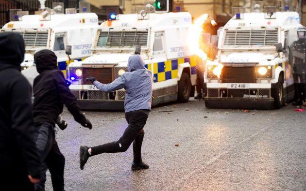 El pasado miércoles 7 se dio el secuestro e incendio de un autobús en Belfast y la agresión a un fotógrafo de prensa. Foto: Efe.