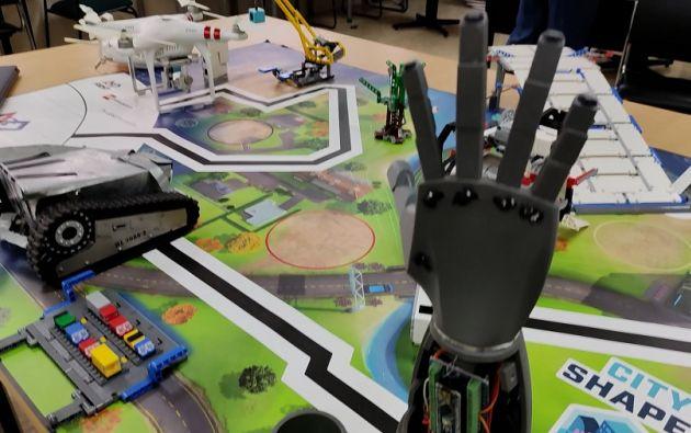 Durante la pandemia una alumna de tercero de bachillerato del colegio Copol creó una prótesis de un brazo en 3D. Foto cortesía.