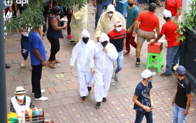 Con traje de bioseguridad, parecido al que usan en los hospitales, algunos acudieron a votar. Foto: API