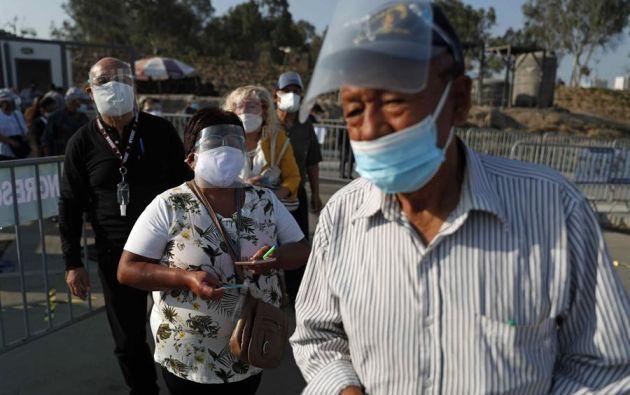 Debido al peligro de exposición al virus, las mesas de votación se han duplicado y se han ubicado en lugares al aire libre. Foto: EFE