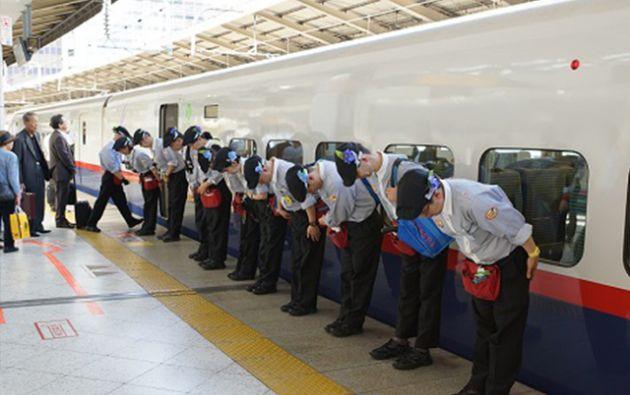 La red Shinkansen abarca 2765 kilómetros y transportan un millón de pasajeros por día y 23,08 mil millones de pasajeros por año, según las cifras oficiales.