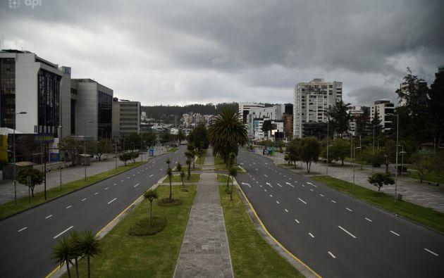 La transitada avenida Naciones Unidas, en el corazón financiero de Quito, lució desolada por el toque de queda. Foto: API.