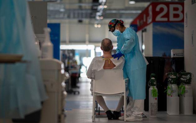 Un mallorquín que contagió a 22 personas con covid-19 fue arrestado por ir a trabajar y al gimnasio a pesar de tener los síntomas de la enfermedad. Foto: AFP.