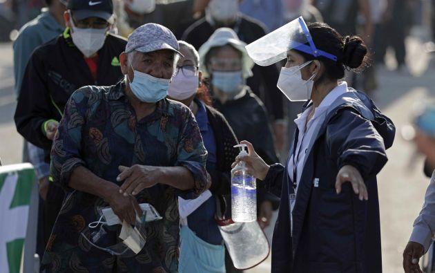 Los peruanos afrontan el peor momento de la pandemia con un aparente relajo de las medidas de prevención. Foto: EFE.