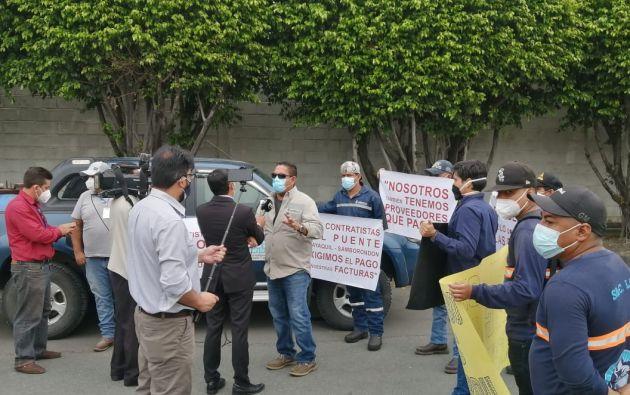 Los contratistas protestaron este lunes en los exteriores de la compañía.