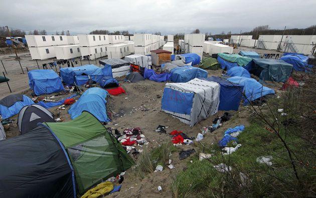 """Un campamento improvisado alberga a varios cientos de inmigrantes que viven en lo que se conoce como la """"selva"""" en Calais. Foto: Reuters"""
