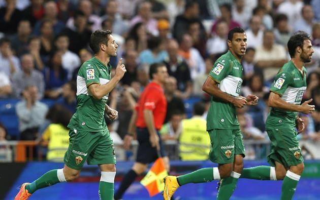 El defensa del Elche Edu Albacar (i) celebra con varios compañeros el gol marcado de penalti al Real Madrid, durante el partido correspondiente a la quinta jornada de Liga que disputan en el estadio Santiago Bernabéu. Foto: EFE