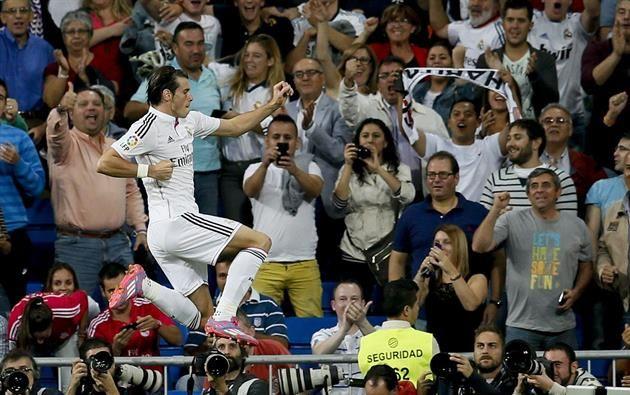 El centrocampista galés del Real Madrid Gareth Bale celebra el gol marcado al Elche, durante el partido correspondiente a la quinta jornada de Liga que disputan en el estadio Santiago Bernabéu. Foto: EFE