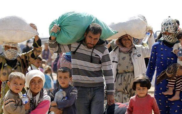 Una familia siria cruza la frontera turco-siria cerca de Sanliurfa (Turquía) hoy, miércoles 24 de septiembre de 2014. Foto: EFE
