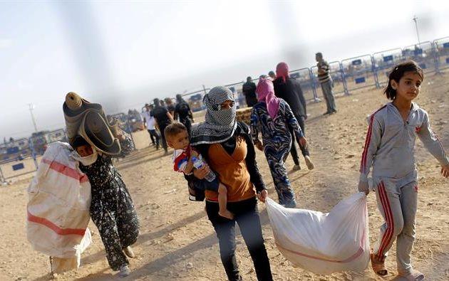 Refugiados sirios cruzan la frontera cerca de la localidad Sanliurfa, en Turquía hoy 24 de septiembre de 2014. Foto: EFE
