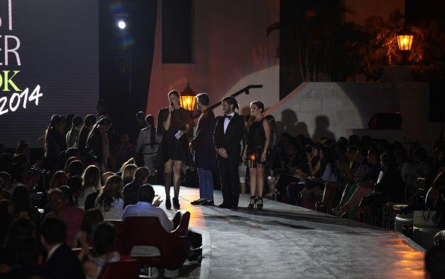 María Susana Rivadeneira entregando trofeos a los diseñadores nacionales que han participado en el evento desde el año uno.