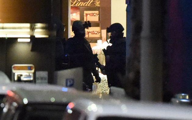Un grupo de agentes durante el operativo. Foto: AFP