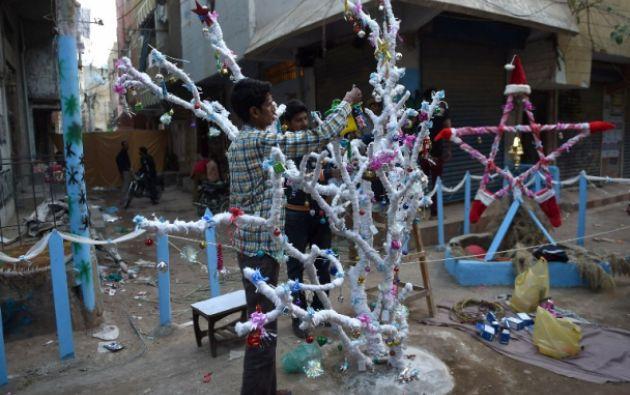 Árbol navideño en un barrio de Pakistán. Foto: AFP