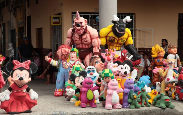 La quema de estos muñecos es tradición en diciembre.