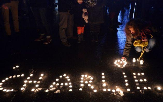 Con velas formaron el nombre del semanario. Foto: AFP