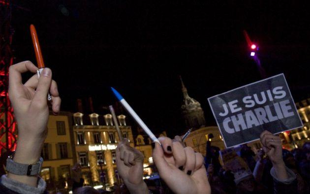 Levantando lápices, las personas homenajearon a las víctimas. Foto: AFP