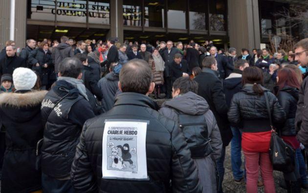 En los exteriores del semanario, luego del atentado. Foto: AFP