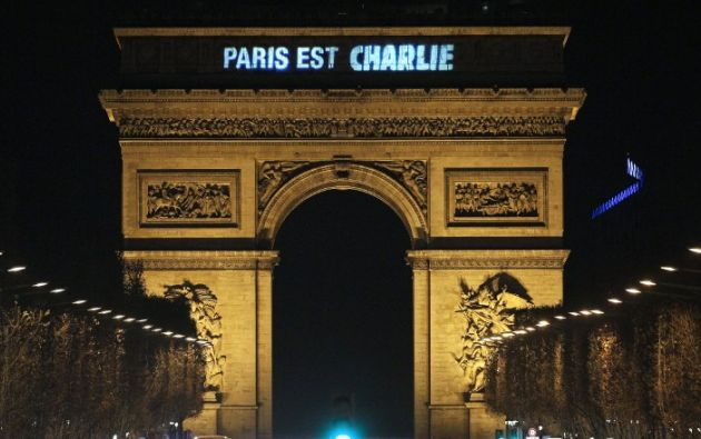 """La frase """"París es Charlie"""" aparece proyectada en el Arco del Triunfo. Foto: AFP"""