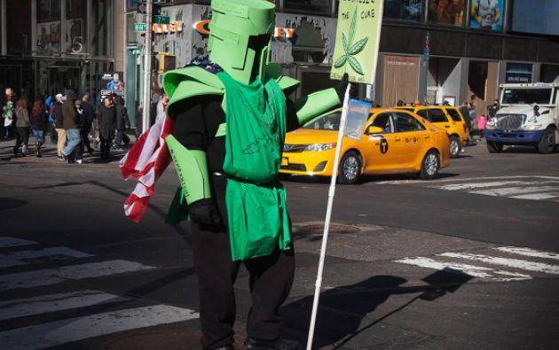 Un activista en Times Square, Nueva York, aboga por la legalización del cannabis. Foto: REUTERS