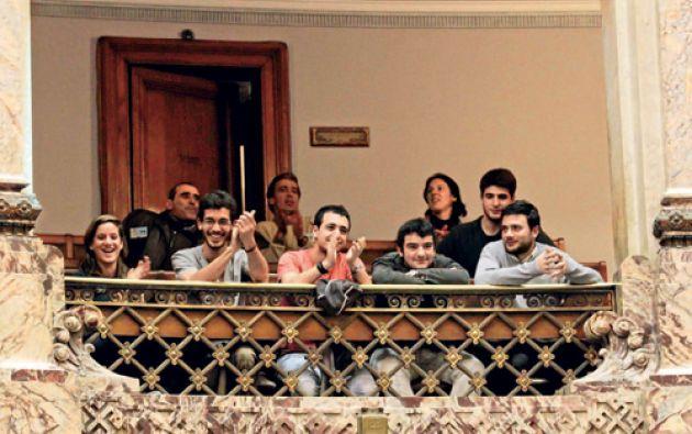Jóvenes uruguayos aplaudieron la aprobación de la ley que permite producir marihuana de forma regulada.