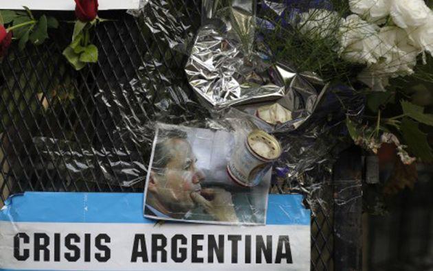 """Según la autopsia, el arma encontrada junto al cadáver de Nisman fue disparada """"a menos de un centímetro"""" de su cabeza. Foto: AFP"""